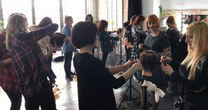 Espanjalaisen hius- ja kauneusalan koulussa opiskelijoita