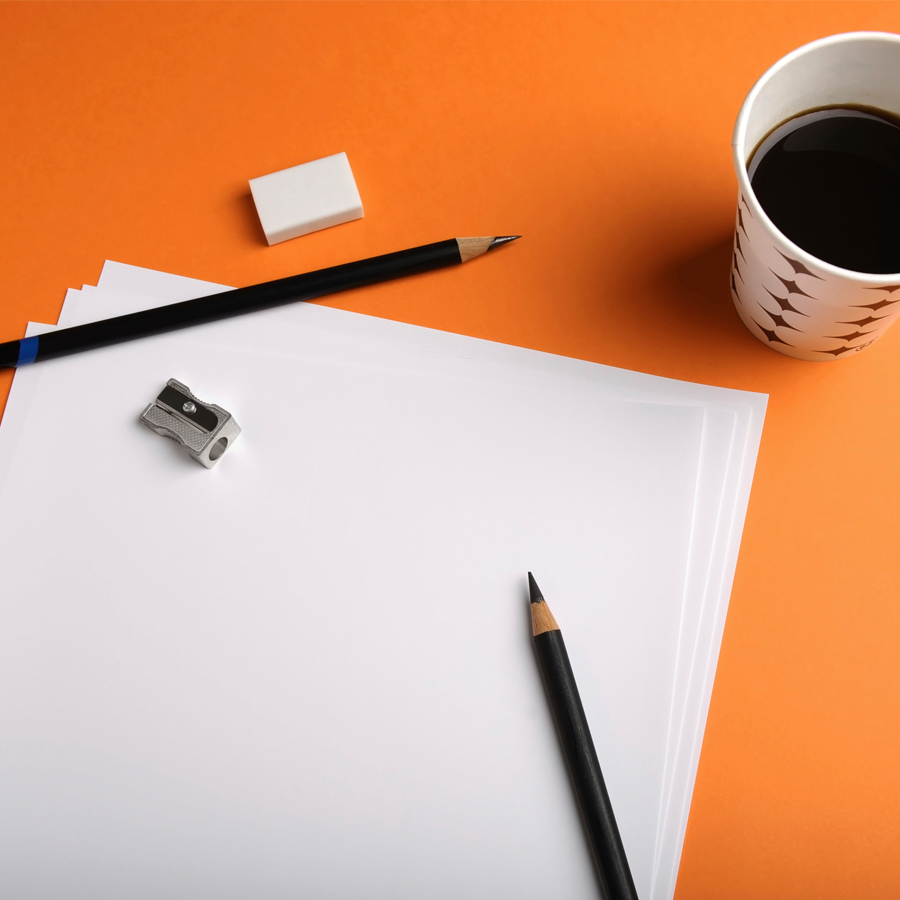Kynät ja paperia pöydällä.