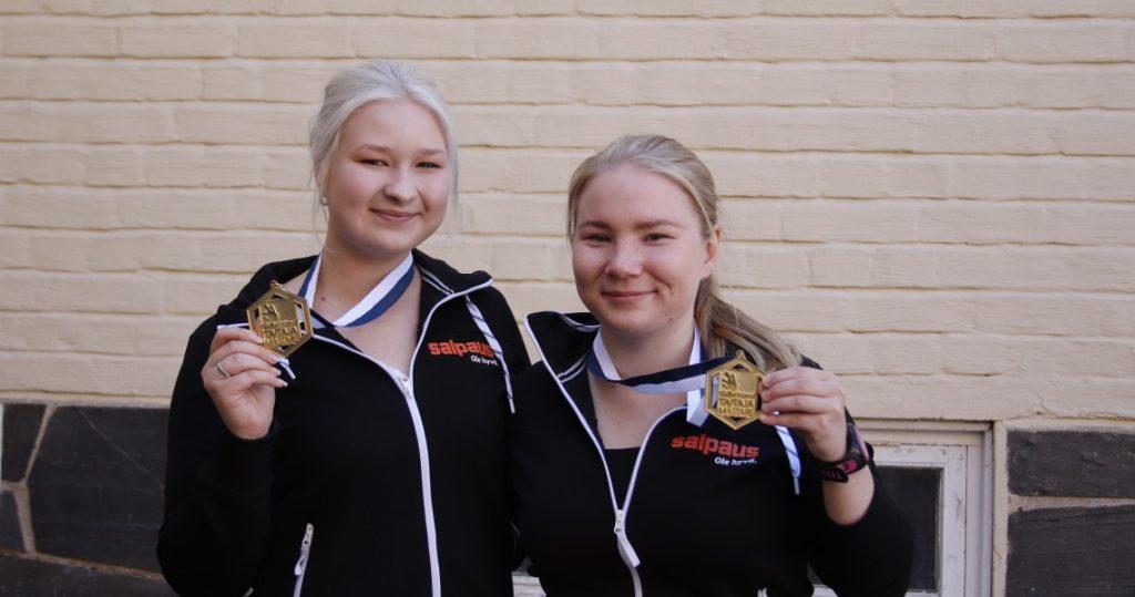 Tiila Kruskopf ja Sara Enqvist poseeraavat