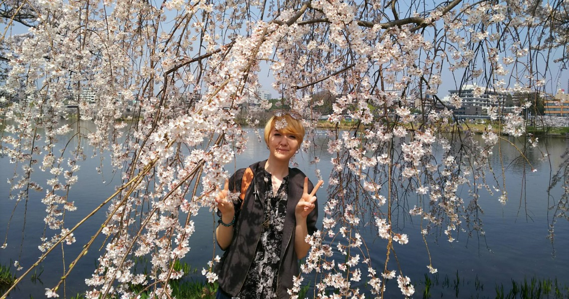 Venla poseeraa kirsikankukkien alla