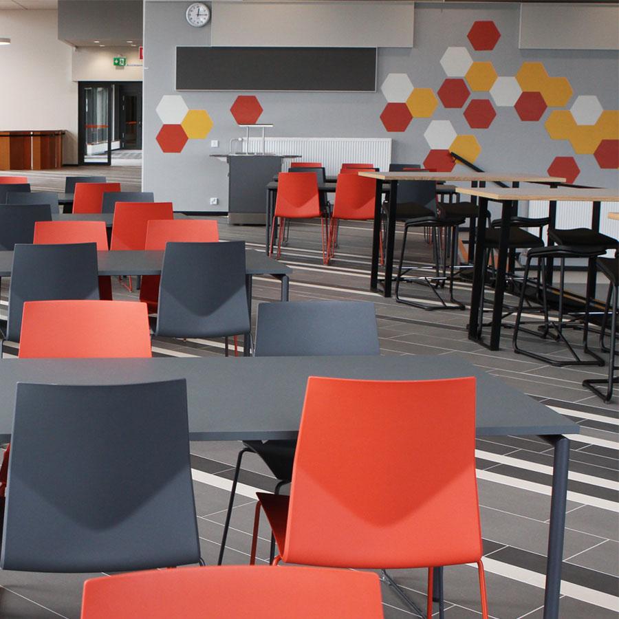 Vipusenkadun opiskelija- ja henkilöstöravintolan pöytiä ja tuoleja.