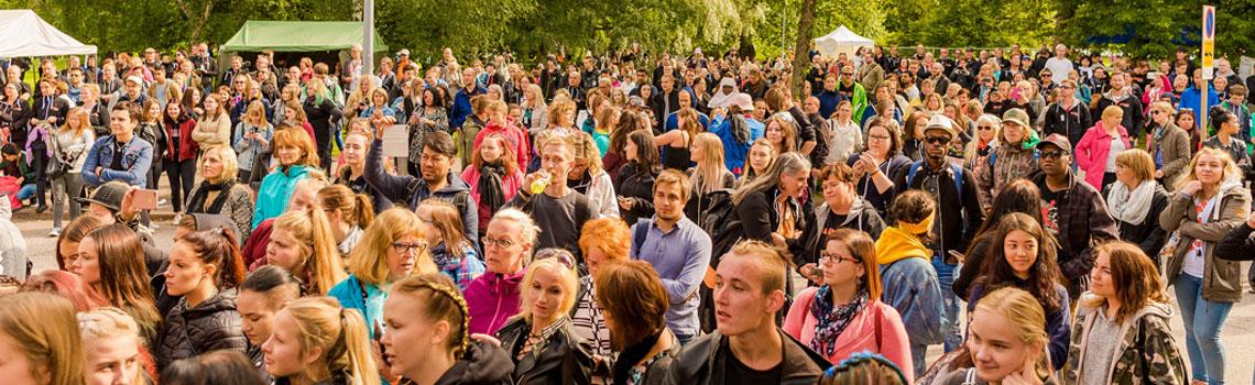 Salpauksen opiskelijoita ja henkilöstöä Kyläjuhlilla