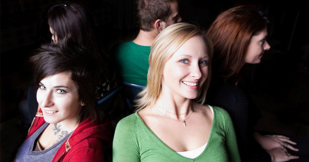 Opiskelijat istuvat ympyrämuodostelmassa ja hymyilevät