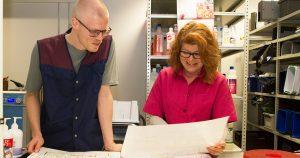 Opiskelija ja työpaikkaohjaaja tutkivat rakennuksen pohjapiirrustusta