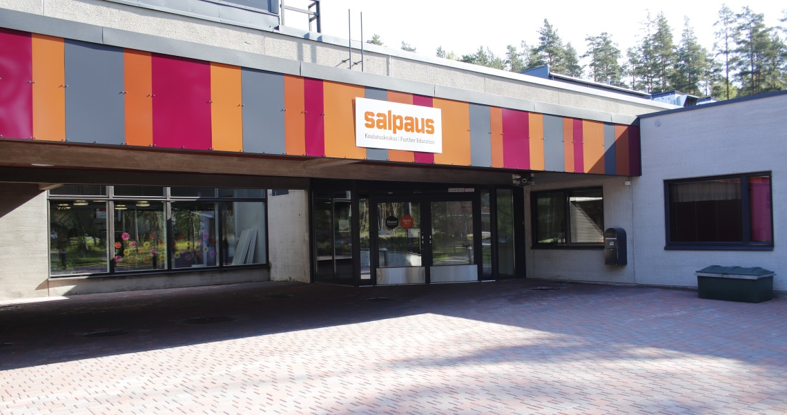 Heinolan kampuksen pääsisäänkäynti.