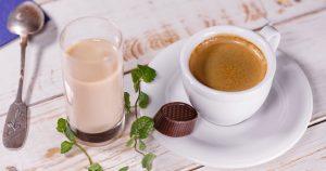Kahvikuppi ja konvehti