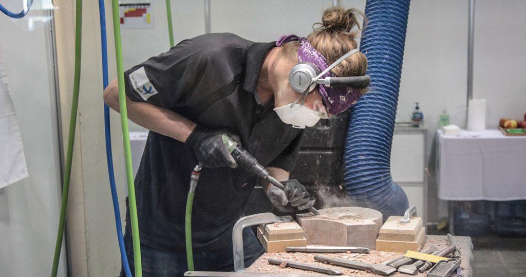 Kivimiehen ammattitutkintoa opiskeleva Ilmari kilpaili kivitöissä EuroSkills-kilpailussa Budapestissa ja työsti siellä kiveä