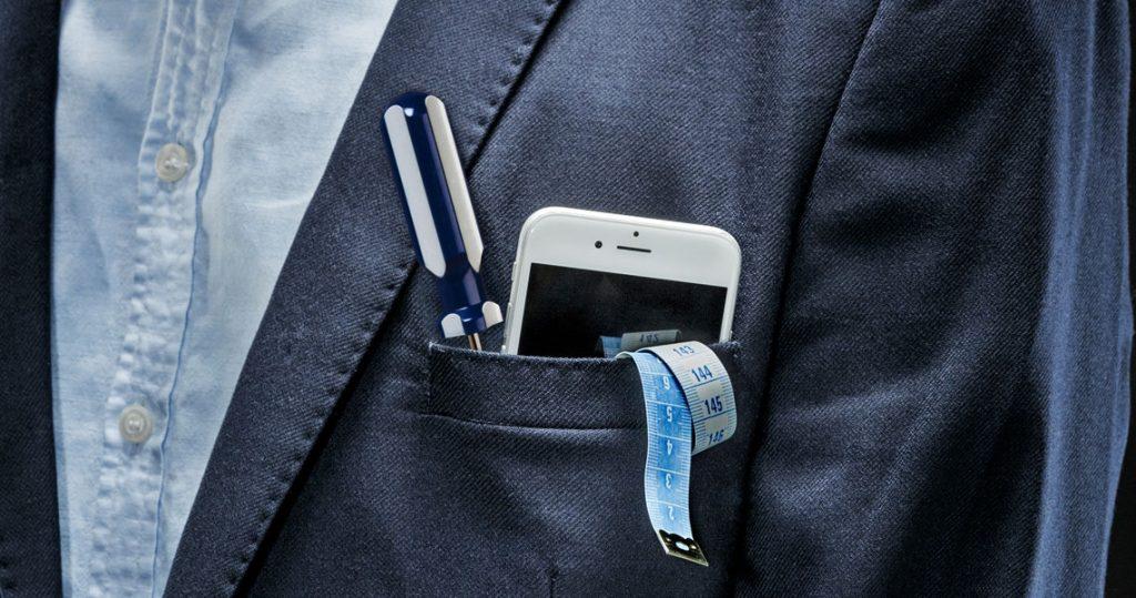 Kännykkä, ruuvimeisseli ja mittanauha puvuntakin taskussa