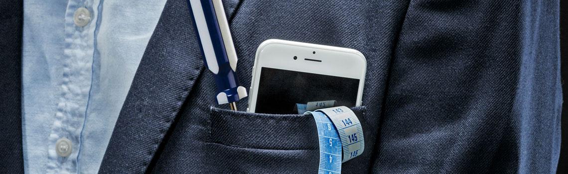 Puvuntakin taskussa kännykkä, mittanauha ja ruuvimeisseli.