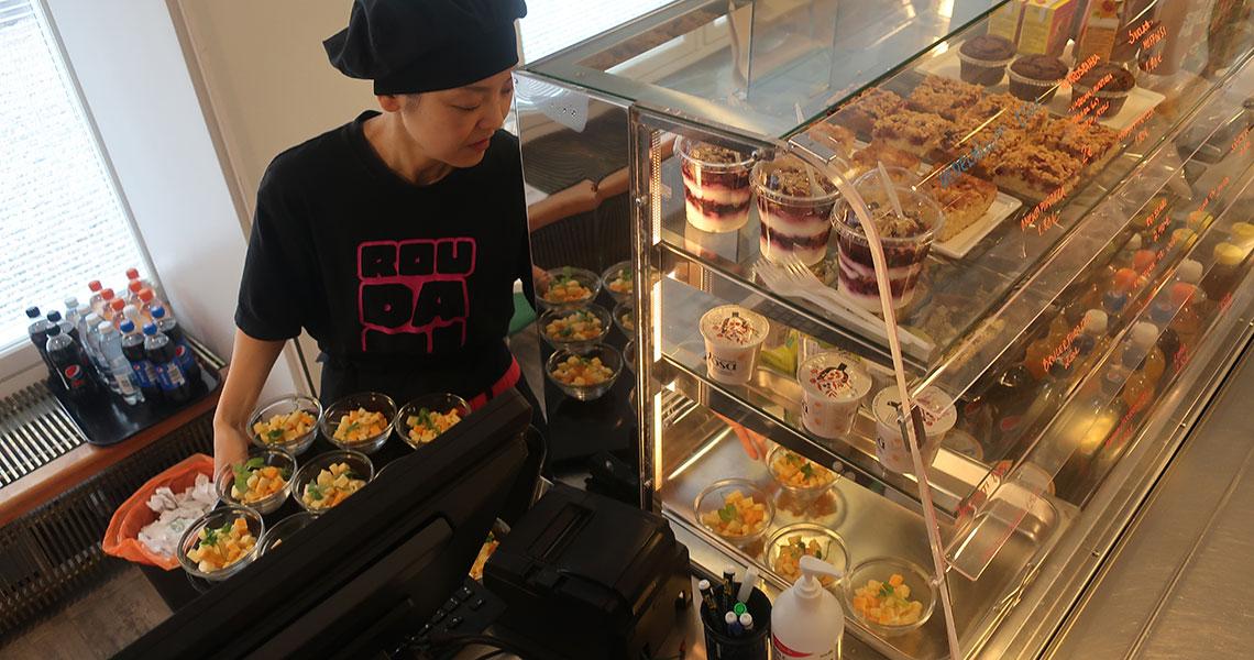 Yoshimi työskentelee ravintolassa