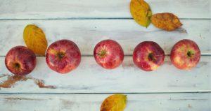 Punaisia omennoita ja kellastuneita lehtiä.