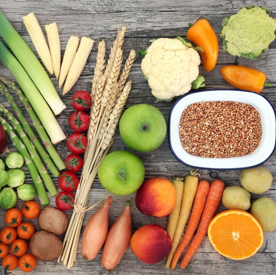 Terveellisiä ruoka-aineita, hedelmiä, vihanneksia ja siemeniä.