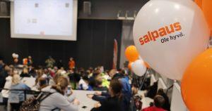 Salpauksen ilmapalloja ja taustalla opiskelijoita auditoriossa istumassa
