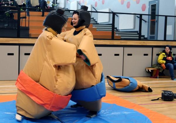 Kaksi naista pukeutuneen sumopainiasuihin