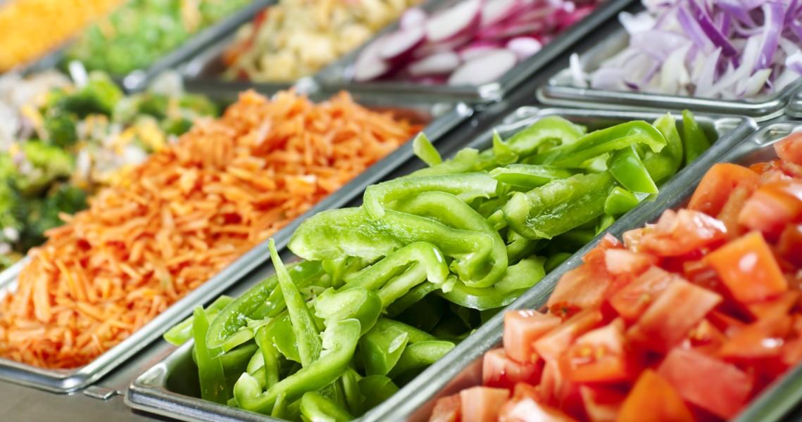 Paprikaa, tomaattia ja muita salaattiaineksia ravintolan noutopöydässä