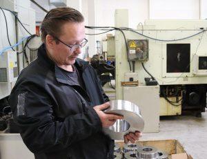Mies ihmettelee työpajalla valmistettua tuotetta