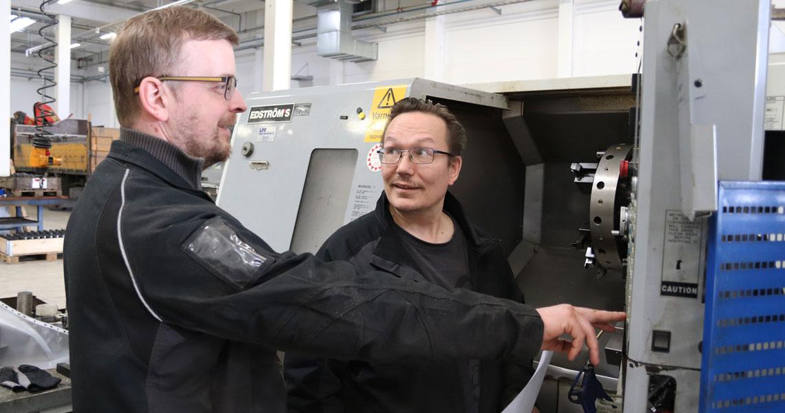 Mikko Nokkonen ja Markku Roivainen työn parissa.