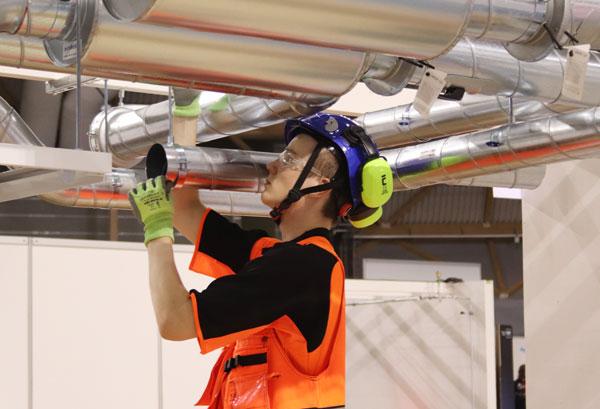 Iivari ilmastointiputkien asennustöissä