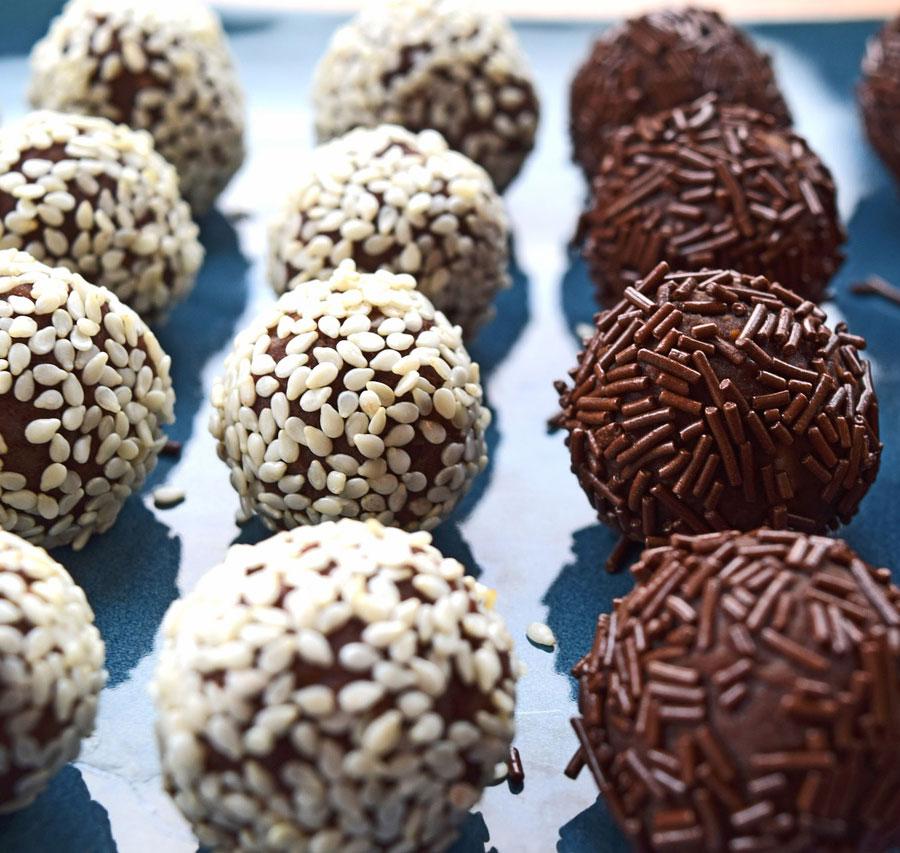 Suklaakonvehteja pöydällä
