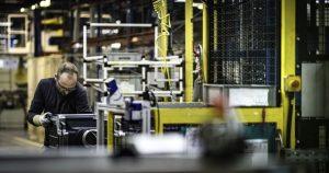 Mies metallialan tehtaassa töissä