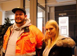 Kaksi opiskelijaa seisoo aulassa