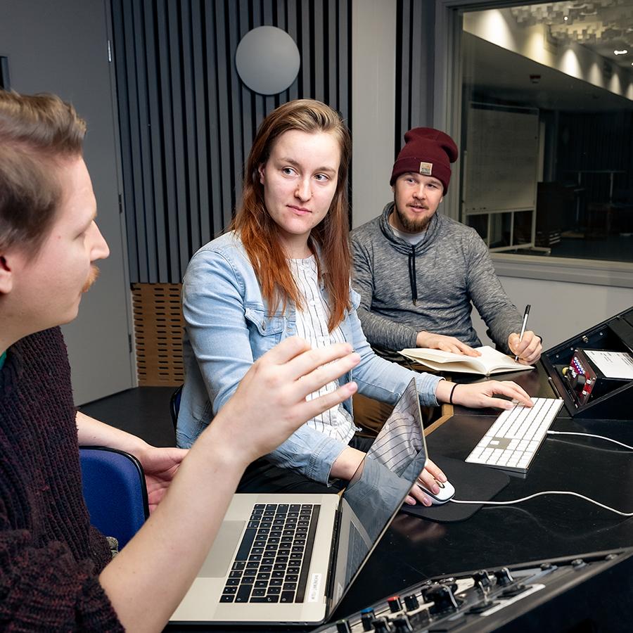 Musiikkistudiossa kaksi miestä ja yksi nainen keskustelevat.