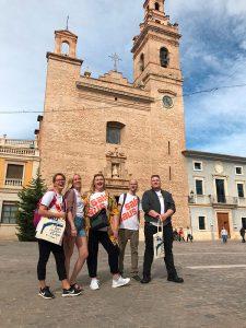 Ryhmä Salpauksen opiskelijoita kivisen rakennuksen edessä aukiolla