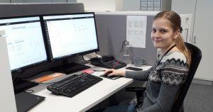 Nuori nainen työskentelee toimistossa tietokoneen äärellä.