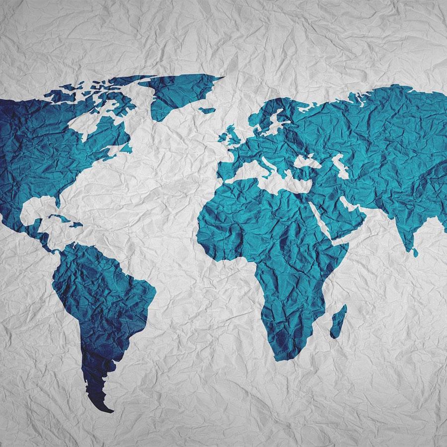 Maalattu kuva maailman kartasta ryppyisellä paperilla.