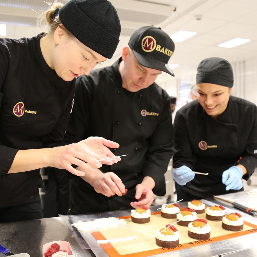 Leipomon työntekijät Salpauksen järjestämässä kakkukoulutuksessa.