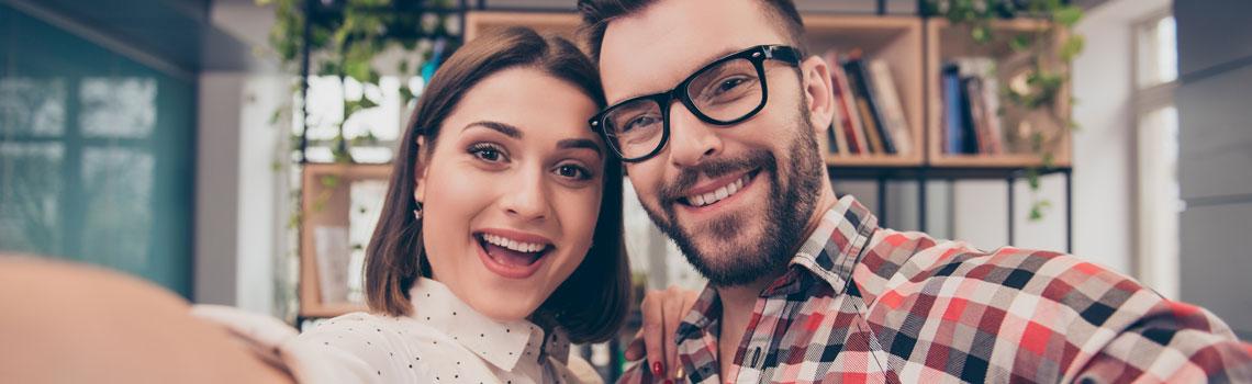 Nainen ja mies poseeraavat iloisesti kameralle
