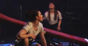 Kaksi sirkusalan opiskelijaa esityksessä