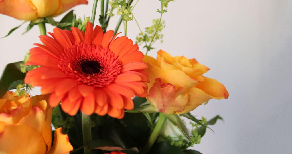 Oransseista kukista tehty kukkakimppu.