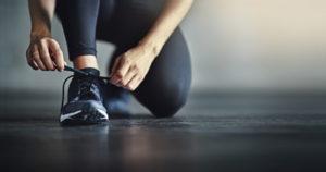 Urheilija solmii kengän nauhat.