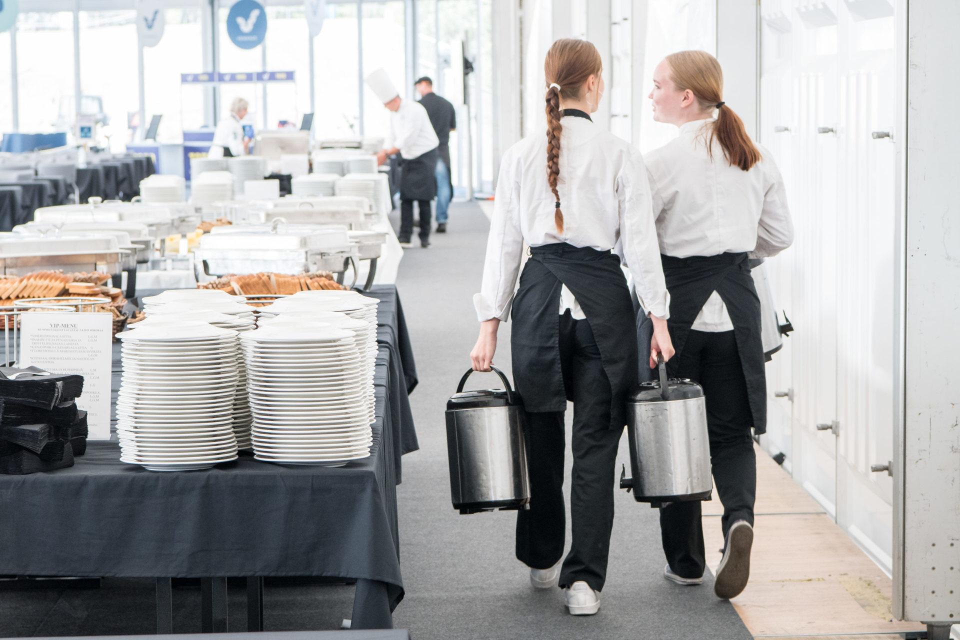Opiskelijoita työssäoppimassa ruokapaikassa