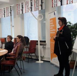 Kouluttaja kertoo osallistujille jatko-opintojen ohjauksesta.