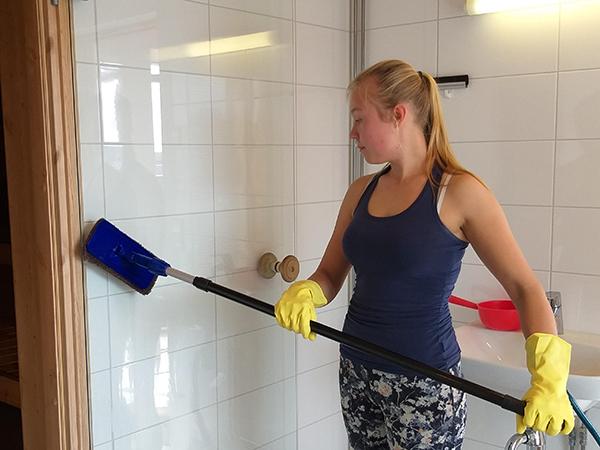 """""""Nainen pesee kylpyhuoneen seinää."""""""