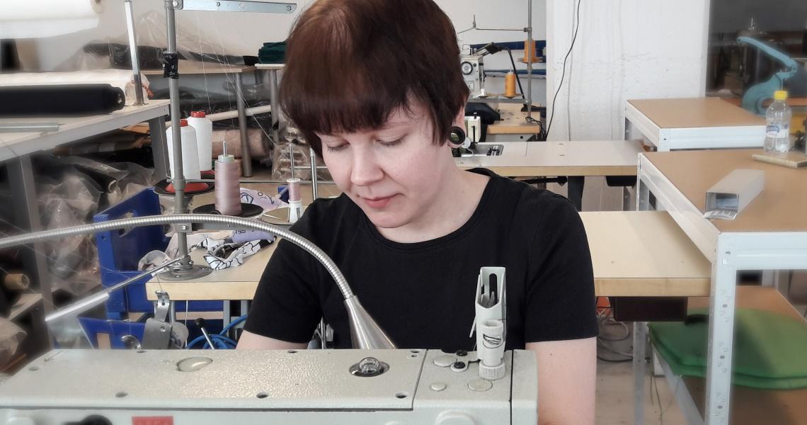 Tekstiili- ja muotialan ammattitutkinnon opiskellut Mia Kivari.