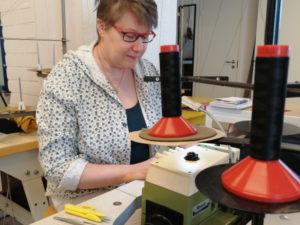 Tekstiili- ja muotialan ammattitutkinnon opiskellut Tarja Eerola.