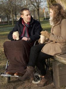 Mies ja nainen istuvat keskustelemassa.